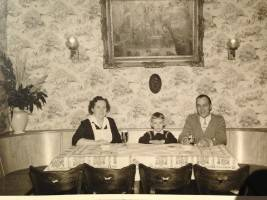 Anna Mayer, Friedel Mayer, Wilhelm Mayer in ihrem Restaurant